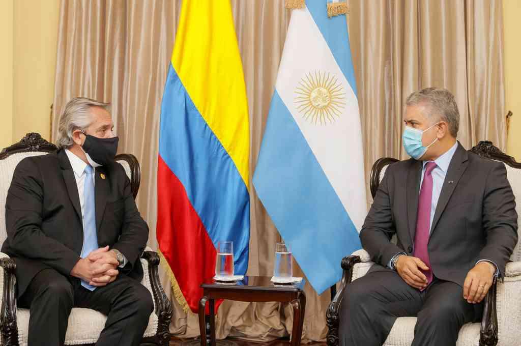Alberto Fernández e Iván Duque confluyeron en Lima para asistir al acto de asunción de Pedro Castillo como nuevo presidente de Perú. Crédito: Télam