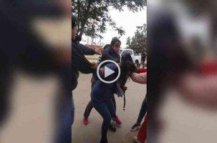 Escándalo en Salta: un grupo de mujeres agredió a golpes a una concejal