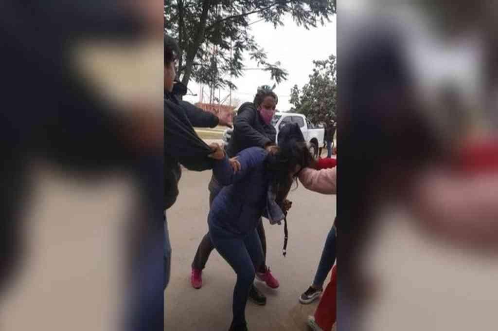 Momento de la agresión a la concejal Graciela Castillo. Crédito: Gentileza