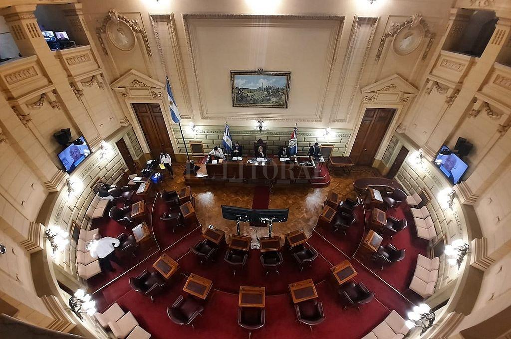 Con formato mixto, algunos senadores en sus bancas y otros conectados de manera remota,  vuelve la actividad al Senado. Crédito: Archivo El Litoral