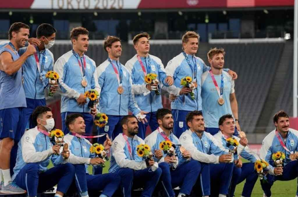 El seleccionado argentino de rugby se subió al podio, tras alcanzar la medalla de bronce en Tokio 2020 Crédito: Gentileza