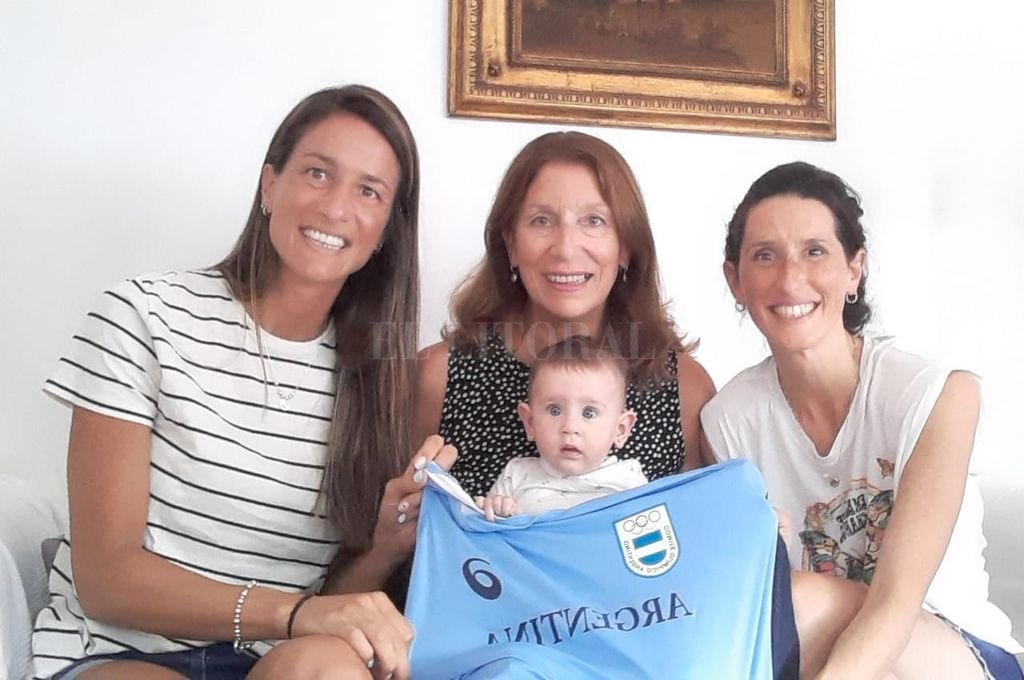 La familia reunida apoyando. Valeria (hermana), Miriam (mamá), Pía (esposa) y la pequeña hija de Germán, Ámbar. Crédito: Gentileza