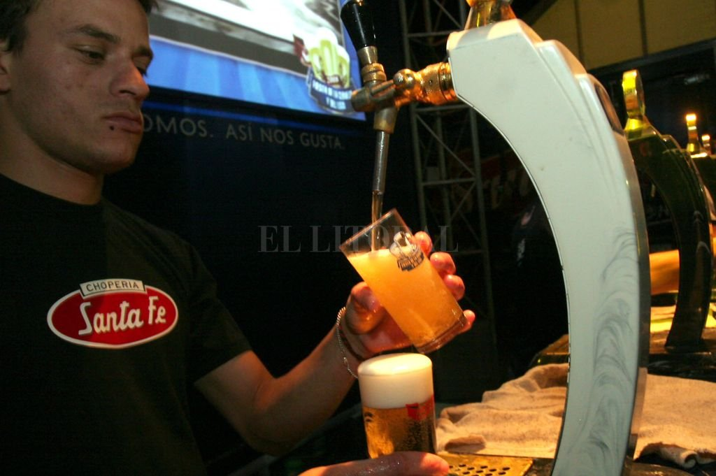 No cambia. Cada cerveza conserva el mismos sabor de siempre, respetando una tradición bien santafesina. Crédito: Archivo El Litoral