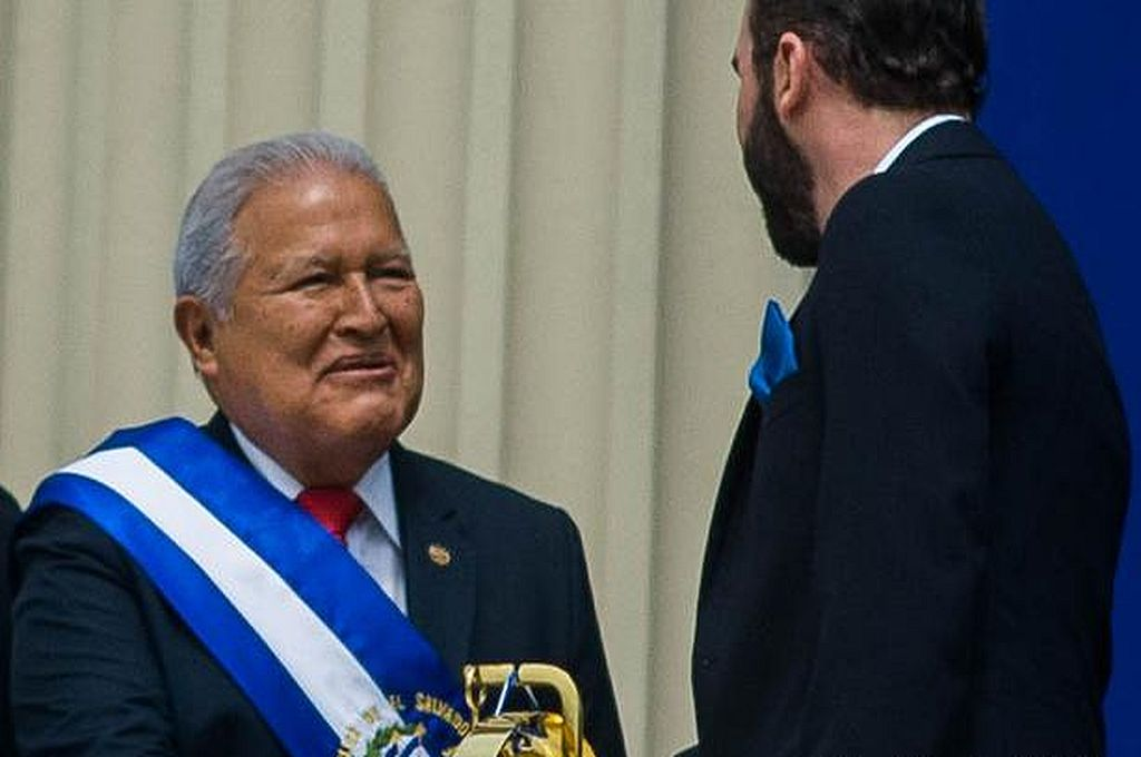 Sánchez Cerén entregando el mando a Nayib Bukele en 2019. Crédito: Picture Alliance