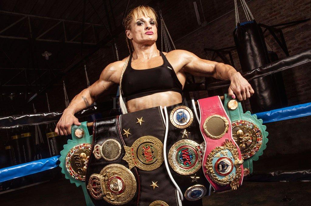 Gran cosecha. A lo largo de su vida y desde un cuadrilátero sumó seis títulos mundiales logrando un verdadero récord para el boxeo femenino. Crédito: Gentileza