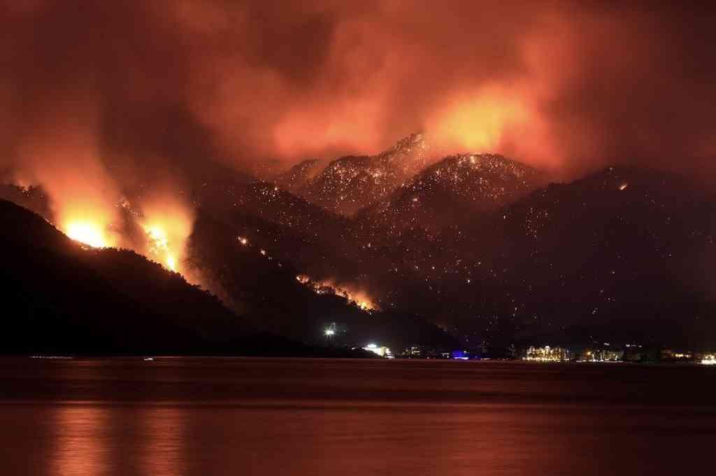 Cerca de 81 grandes incendios forestales estallaron en 24 ciudades diferentes de Turquía los últimos días. Crédito: Twitter