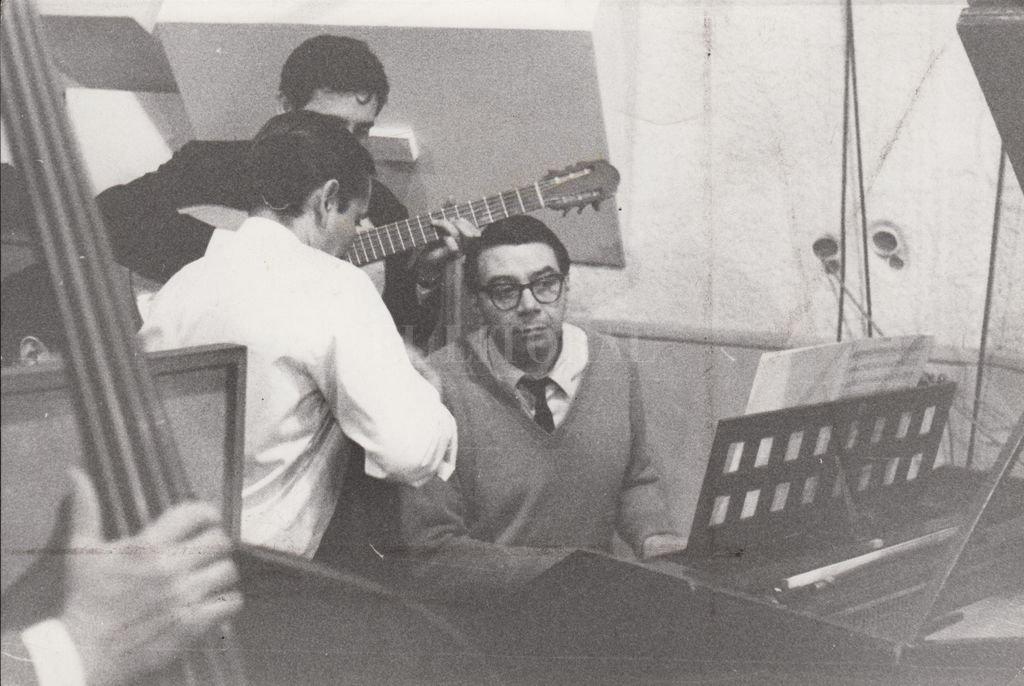 """Ariel Ramírez en la grabación de """"Misa Criolla"""", 1964. Patrimonio del Museo del Teatro Municipal. Crédito: Gentileza Municipalidad de Santa Fe"""