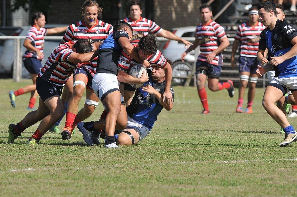 Tal como ocurrió cuando las actividades fueron autorizadas por primera vez, Santa Fe Rugby Club y Universitario disputaron un encuentro amistoso, en búsqueda de la imprescindible cohesión que se requiere para el juego colectivo. Crédito: Eduardo Seval