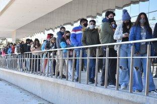 La provincia informó 850 casos de Covid, 74 de la ciudad de Santa Fe - Jóvenes esperan su turno para recibir la vacuna en el Cemafe. -