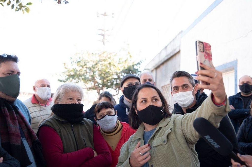 Los concejales Jorgelina Mudallel y Juan José Saleme sorprendieron a los vecinos con una videollamada con el gobernador. Crédito: Gentileza
