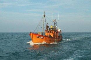 Un barco pesquero se hundió y tuvieron que rescatar a sus ocho tripulantes