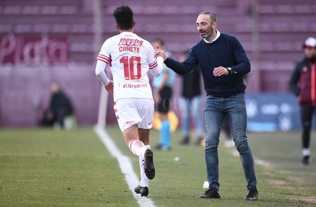 Ezequiel Cañete volvió a ser el jugador claro en el manejo de la pelota y una amenaza permanente de gol (más allá de que el árbitro se lo dio a Acosta en contra por el rebote en el palo luego de su excelente jugada). Crédito: Gentileza