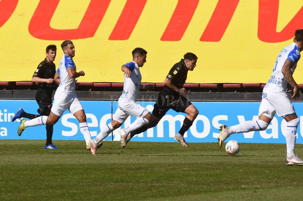 Encara Facundo Farías superando el esfuerzo de dos jugadores de Godoy Cruz en el encuentro del sábado en el Brigadier López. Crédito: Mauricio Garin