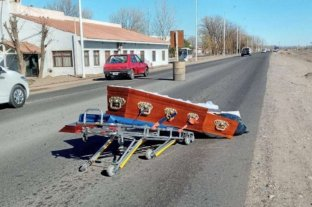 Insólito: un ataúd se cayó del auto fúnebre y quedó abierto en plena calle -