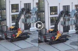 Video: un contratista destruyó un edificio con su excavadora porque no le pagaron