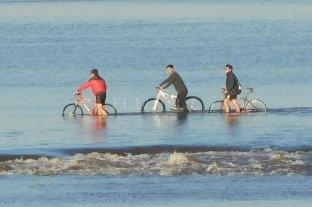 A pesar de las recomendaciones, tres ciclistas circularon sobre el lecho de la Laguna Setúbal