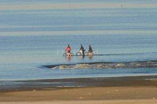 A pesar de las recomendaciones, tres ciclistas circularon sobre el lecho de la Laguna Setúbal -