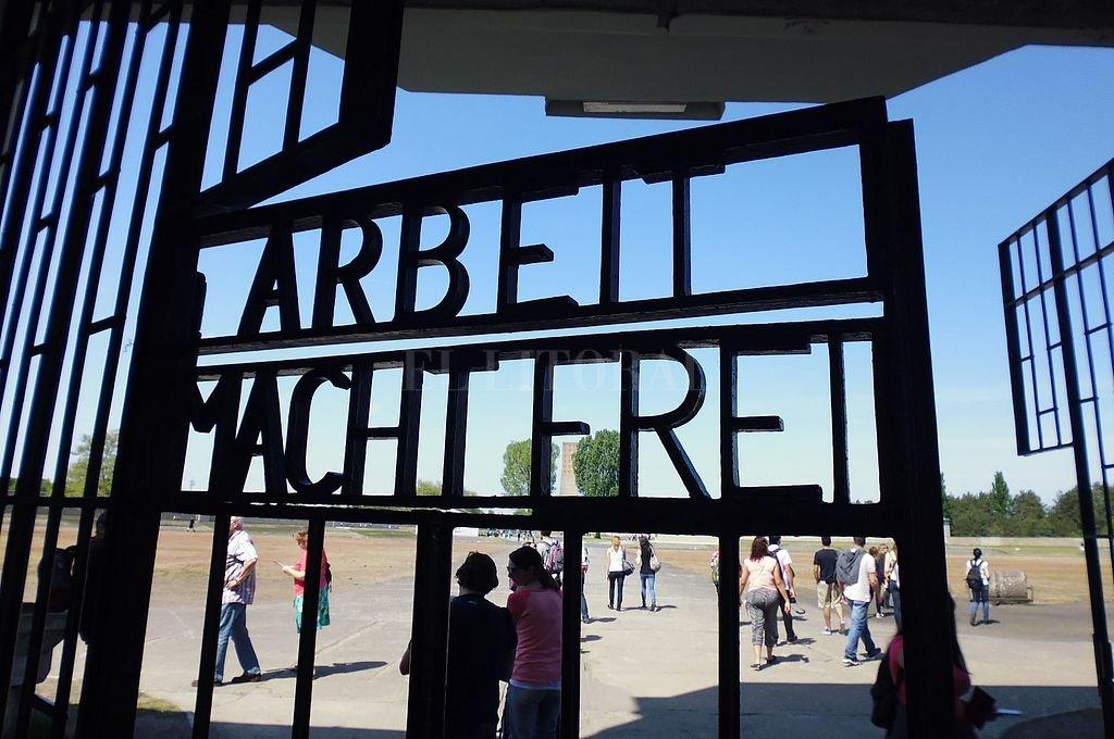 Un exguardia nazi de 100 años será procesado por complicidad en más de 3.500 crímenes - Puerta de ingreso a Sachsenhausen, convertido hoy en un espacio para la Memoria. -