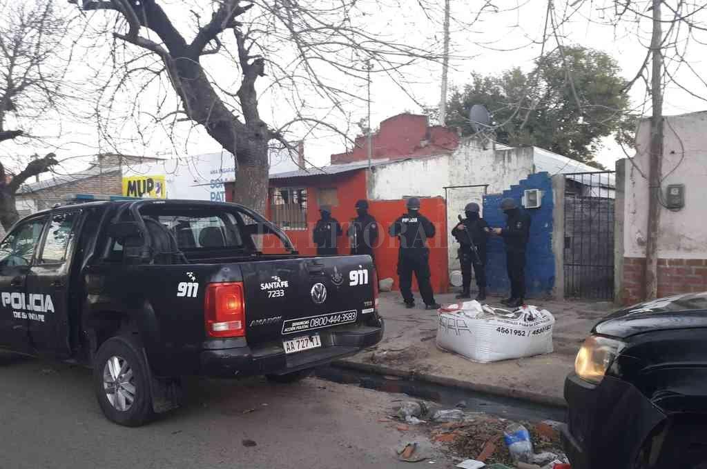 Un momento de los allanamientos concretados en Santa Rosa de Lima donde se logró la captura del delincuente, el que luego fue trasladado a sede policial. Crédito: El Litoral