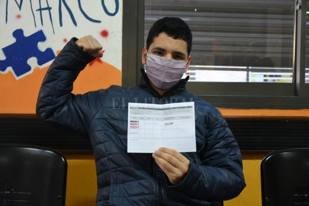 Diego, de 17 años, recibió su vacuna Moderna. Crédito: Flavio Raina