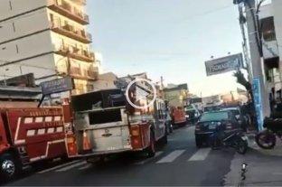 Video: fallecieron dos bomberos tras un incendio en un departamento en Caseros