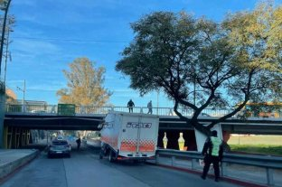Un camión se incrustó en el Puente Sarmiento de Córdoba