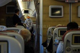 La tripulación de un avión ató a un pasajero violento con cinta adhesiva