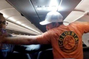 Video: un pasajero manoseó a las azafatas y lo ataron al asiento con cinta  adhesiva