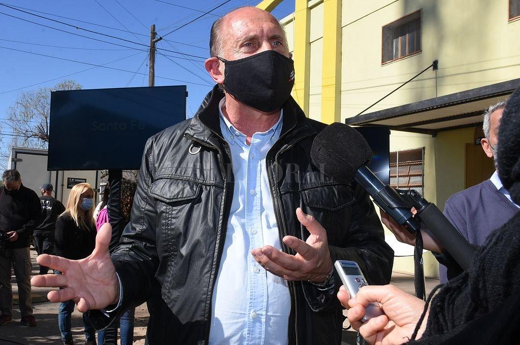 Este miércoles por la mañana, el gobernador Omar Perotti dialogó con los medios en barrio Los Hornos. Instó a la población a sumarse al registro de vacunación. Crédito: Flavio Raina