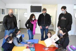 El grupo Canticuénticos donó libros y discos a los Jardines Municipales
