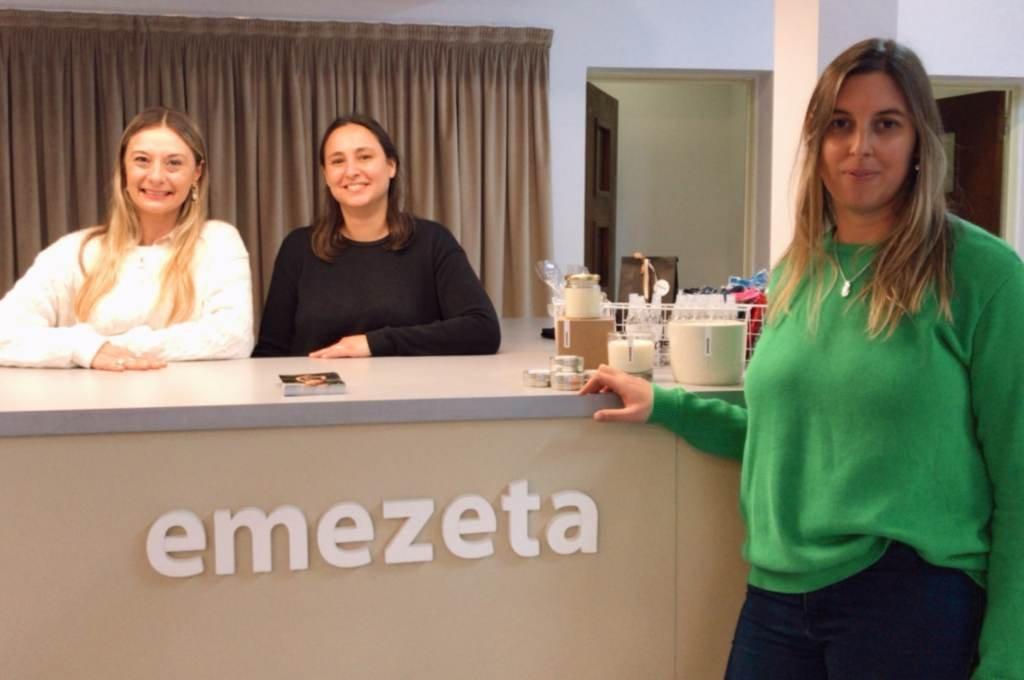 Emezeta equipo. Meli Zenklusen en primer plano junto a Ana y Romi detrás del mostrador. Foto:Mirador Provincial.