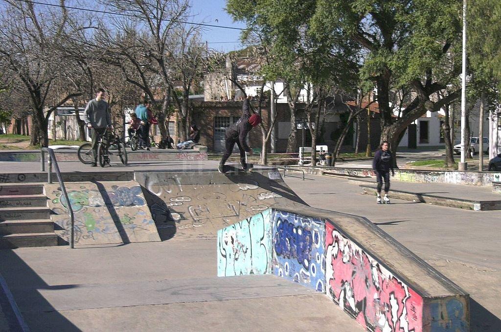 El Skate Park es una de las principales quejas de los vecinos debido a que no se respetan los 12 puntos establecidos en el código de convivencia. Entre ellos, el horario de uso de la pista. Crédito: El Litoral