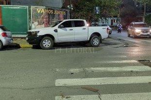 La camioneta sobre la senda peatonal