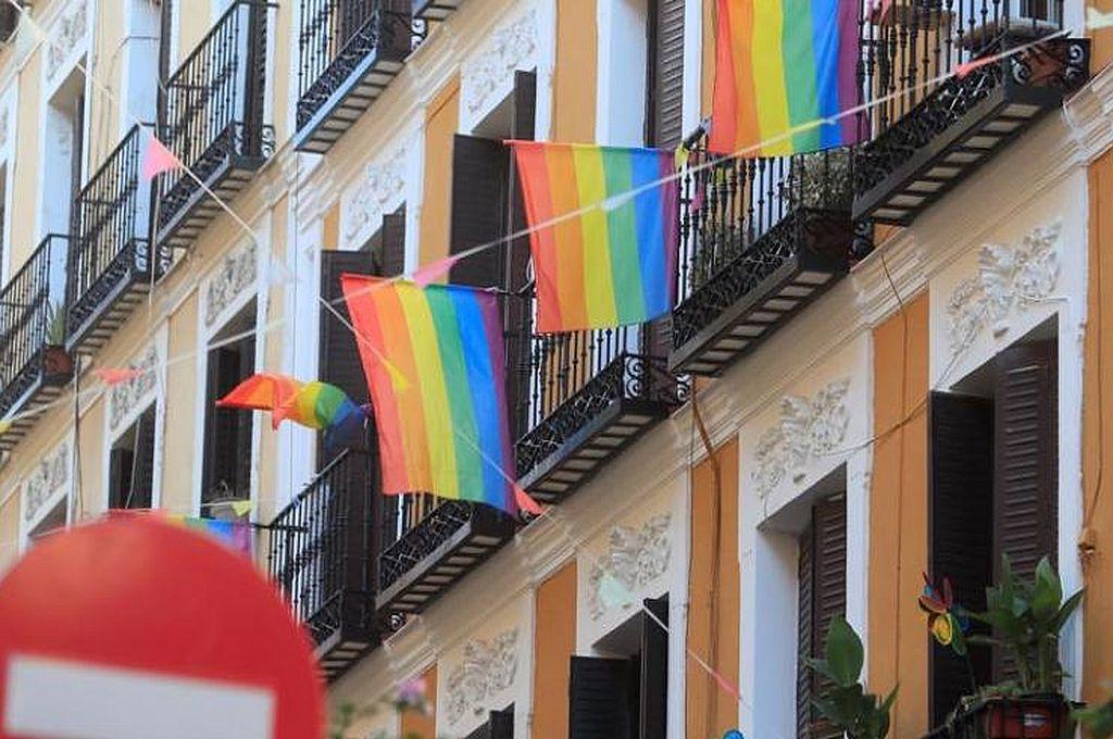 Banderas del colectivo LGTBI adornando balcones del barrio madrileño de Malasaña, en una imagen de archivo Crédito: EFE