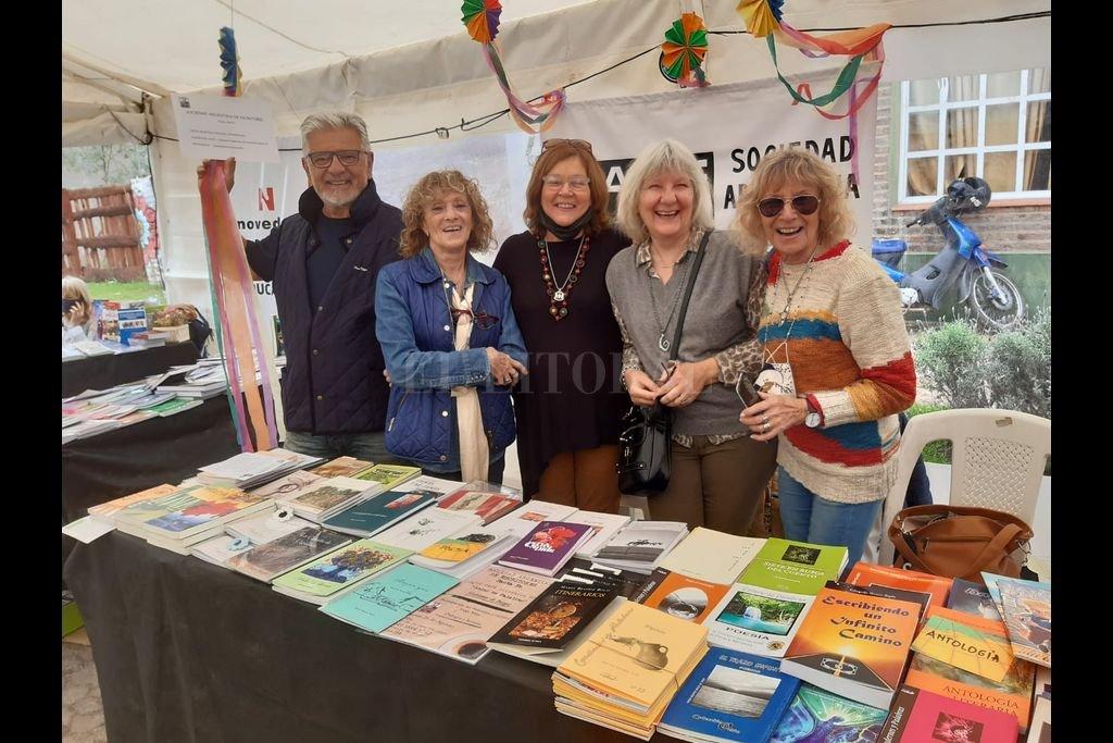 Un stand con obras de autores santafesinos, socios de la entidad fue una de las acciones de Sade Santa Fe en la feria de Sauce Viejo. Crédito: Gentileza Sade Santa Fe