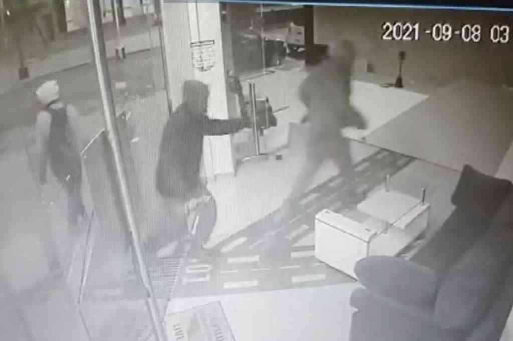 La secuencia del robo a la academia de vuelo quedó registrada por una cámara de seguridad. Crédito: Captura de video