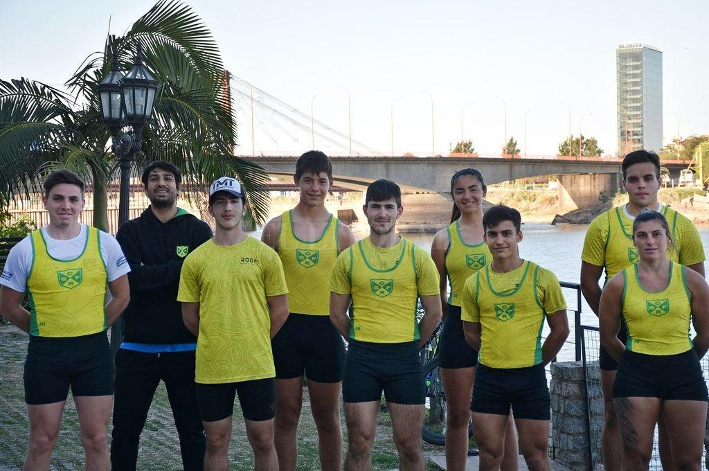 El equipo federado de Regatas junto al entrenador, Mauro Hoyos. Crédito: Pablo Aguirre