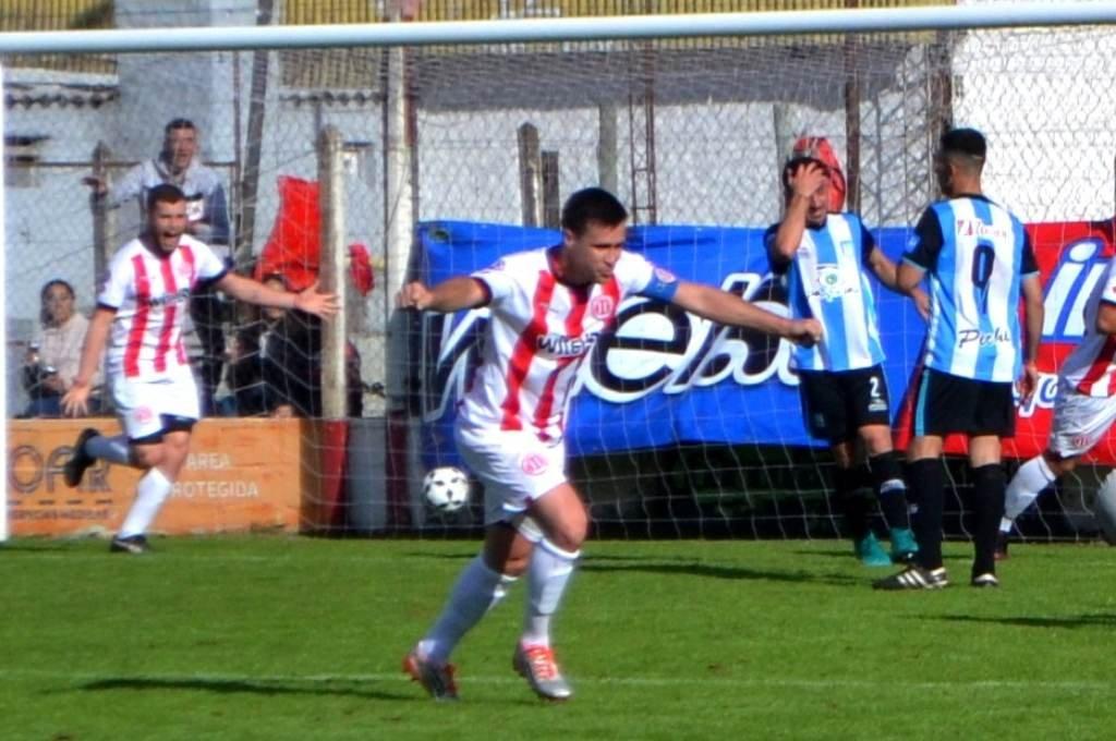 Las dos caras. Los jugadores del Rojo celebran el segundo; los de Argentino lo sufren. Goleada en el clásico firmatense. Foto:Gentileza.
