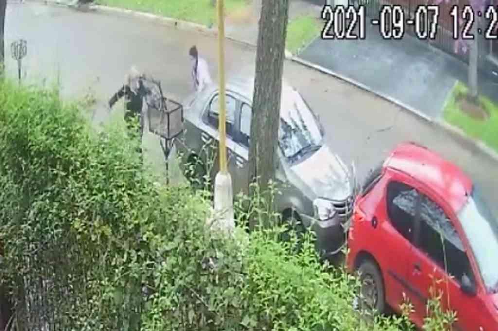 El ataque contra la mujer en calle Defensa al 6700. Crédito: Captura de video