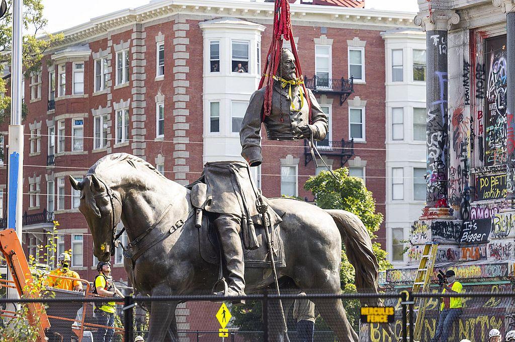 Trabajadores transportaban el torso de la estatua de Robert Lee tras bajarla de su pedestal, este miércoles en Richmond (Virginia). Crédito: EFE