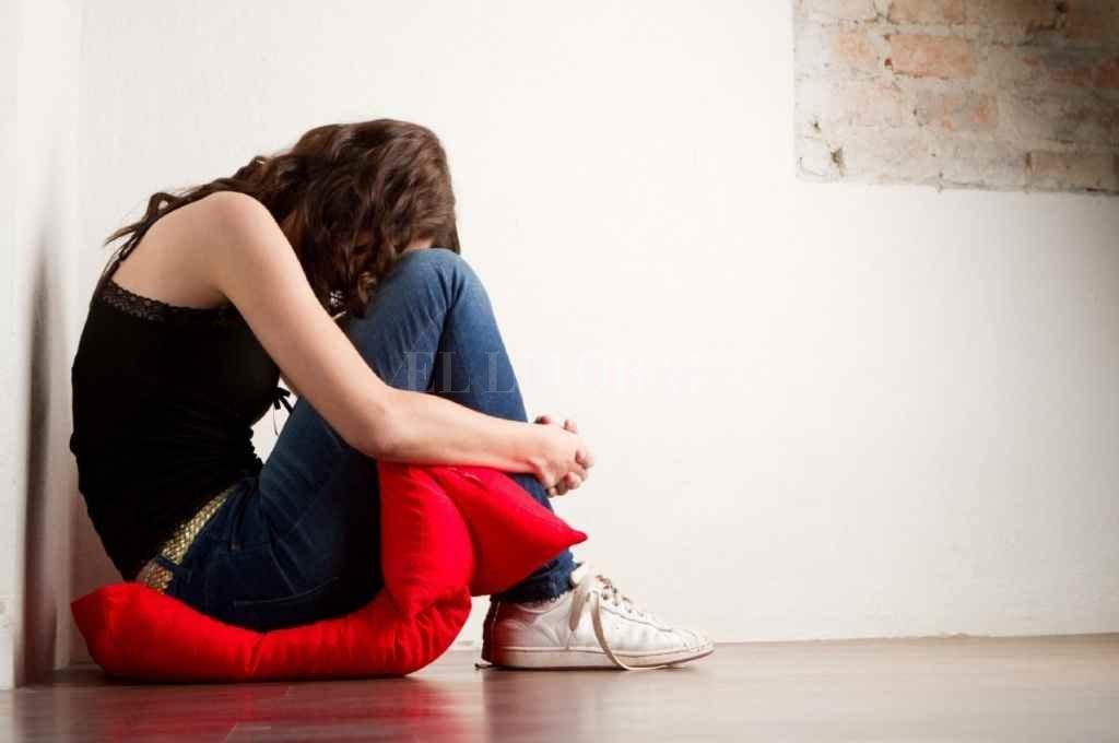 Los cuadros depresivos, la angustia, el retraimiento -etcétera-, son sólo la punta del iceberg. La responsabilidad está en advertir estos síntomas para prevenir un eventual intento de suicidio actuando a tiempo.    Crédito: Archivo El Litoral