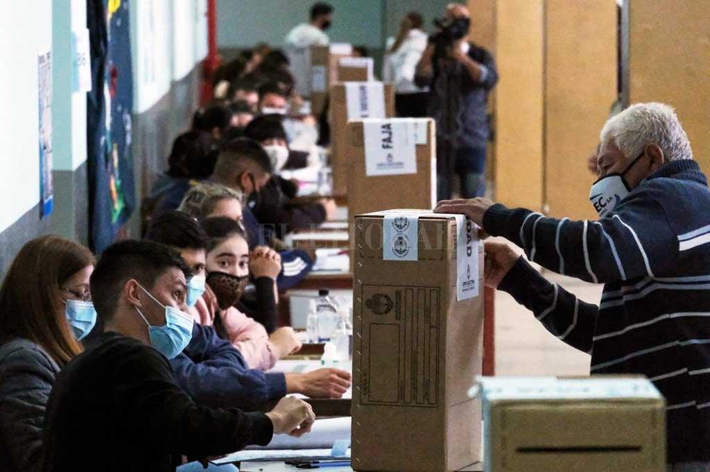 A votar con barbijo. Será una de las postales del domingo de elecciones PASO. Crédito: Télam