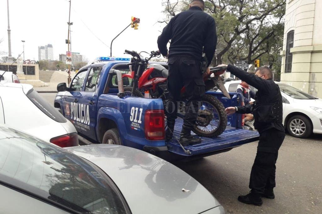 El momento en que los policías secuestran la moto en la que se conducía el delincuente. Crédito: El Litoral