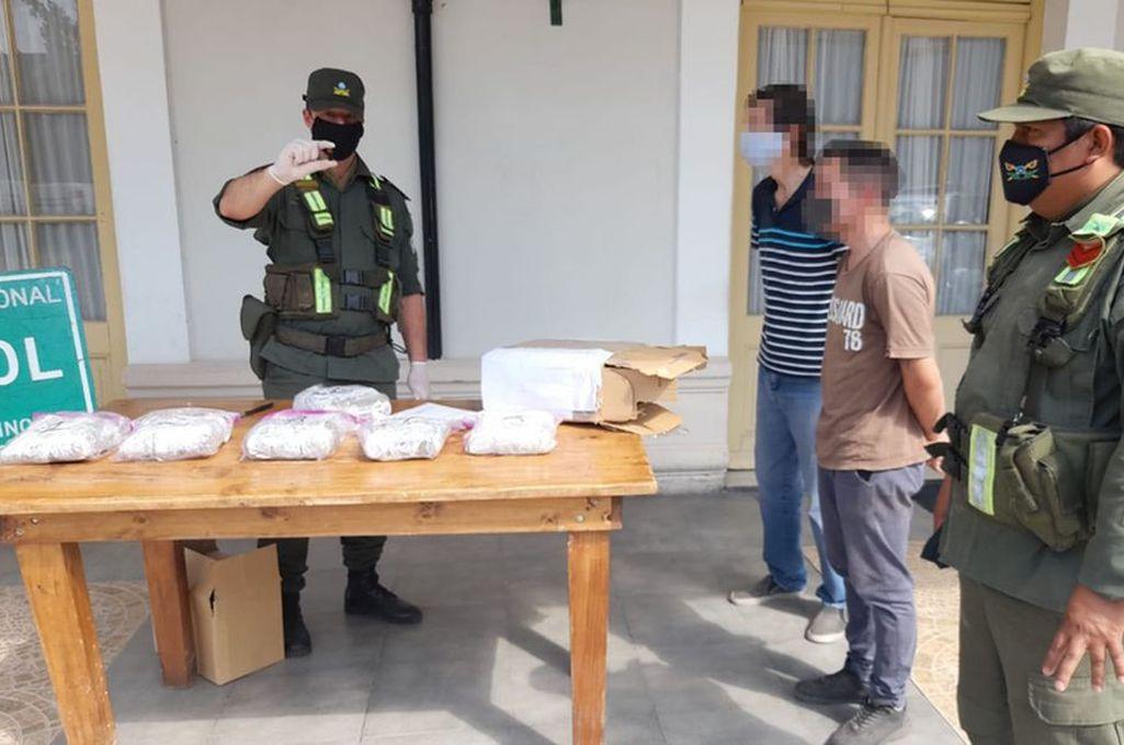 La encomienda, de 2 kilos 800 gramos de marihuana, fue interceptada en Santa Fe y tenía como destino Entre Ríos. Crédito: Prensa GNA