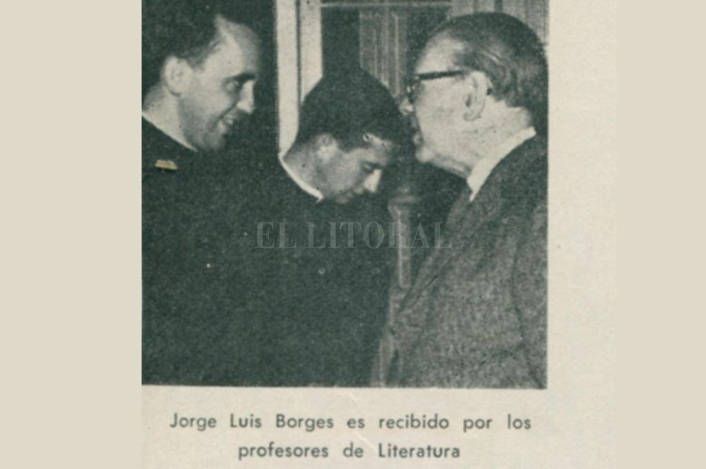 Jorge Bergoglio junto a Jorge Luis Borges en Santa Fe, cuando el Papa Francisco realizó en el colegio de la Compañía dos de los tres años de magisterio obligatorio en la carrera sacerdotal de los jesuitas. Crédito: Archivo El Litoral