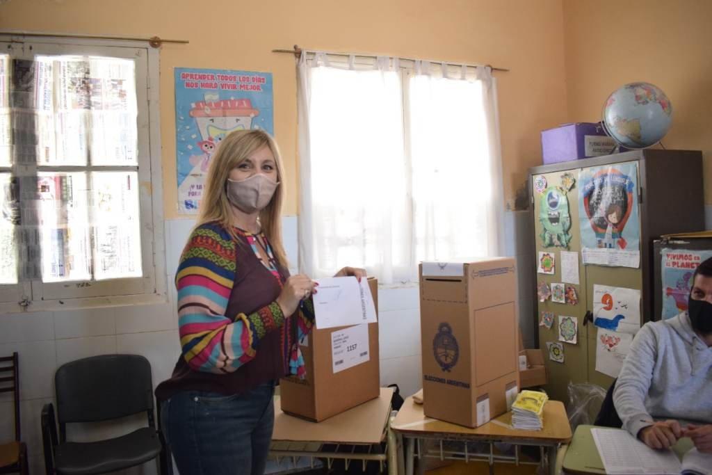 La senadora Sacnun votó en Firmat. Foto:Gentileza.