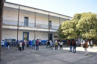 Una intensa jornada electoral en las escuelas santafesinas, que no tendrán clases este lunes