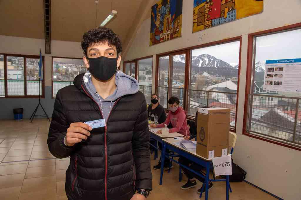 Usuhaia: Adolescentes que votaron hoy por primera vez en las elecciones primarias abiertas, simultáneas y obligatorias (PASO) de Tierra del Fuego, Santiago del Estero y la Ciudad de Buenos Aires (CABA), coincidieron en que su participación cívica es
