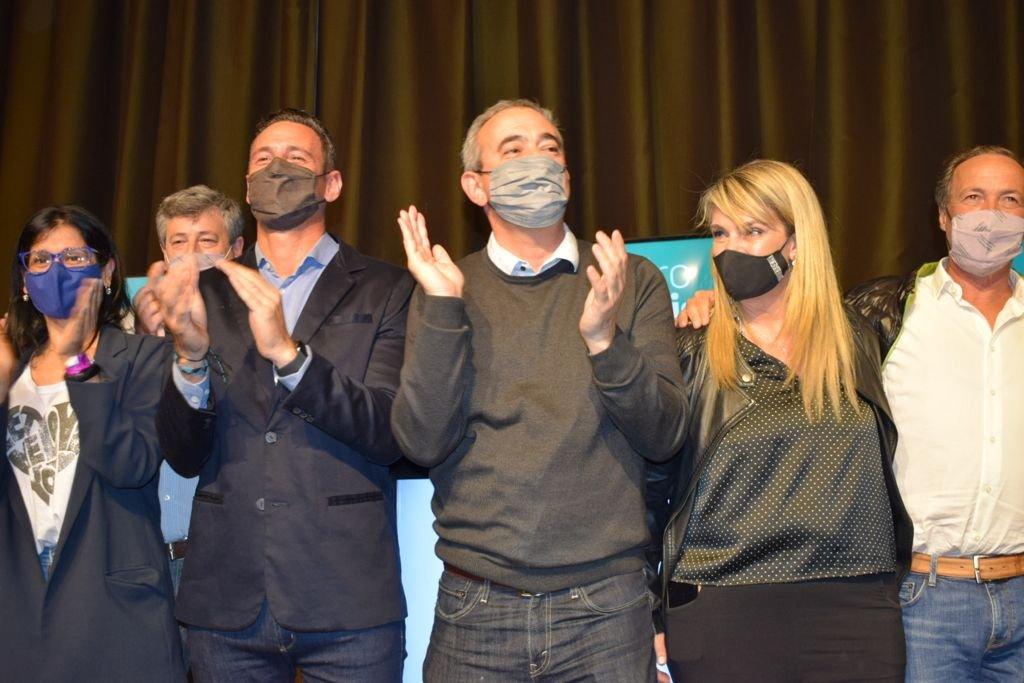Ciro Seisas, de saco, fue el precandidato de Pablo Javkin. El ex periodista sacó la mayor cantidad de votos.  Foto:Marcelo Manera.