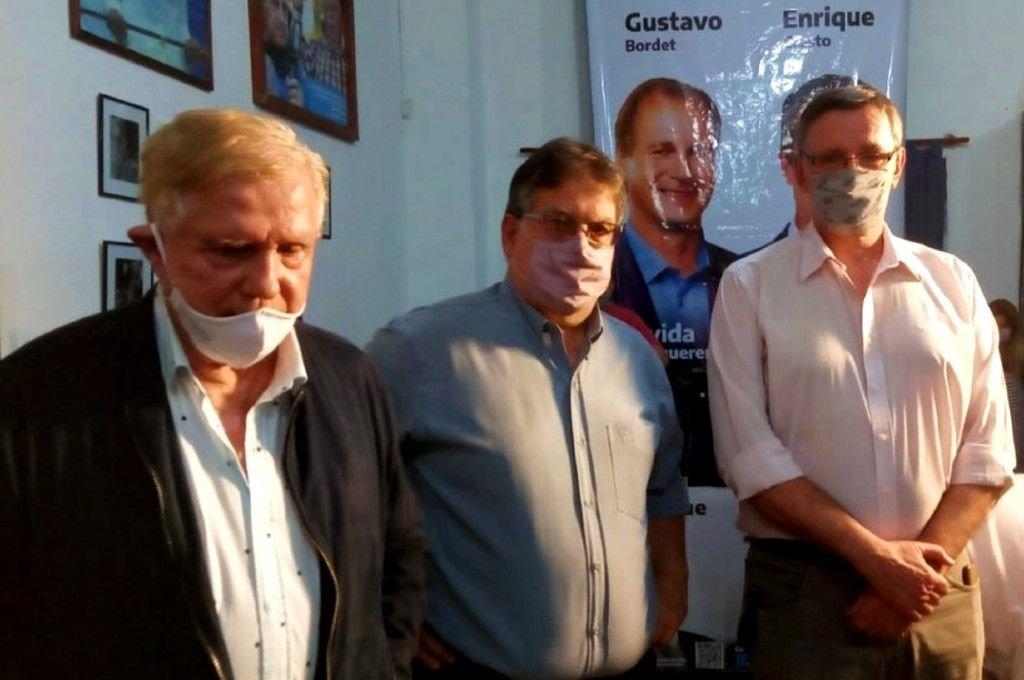 El exintendente y padre del principal candidato, Juan Carlos Cresto, junto al intendente de Concordia, Alfredo Francolini; y el diputado provincial Néstor Loggio, la noche de la derrota del PJ.